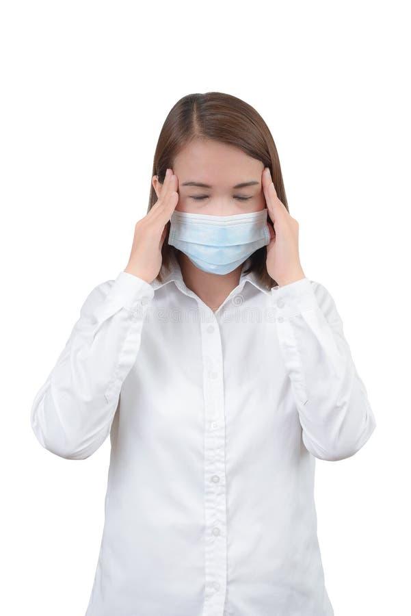 Aziatische vrouw die hoofdpijn met beschermende maskers voelen royalty-vrije stock afbeeldingen