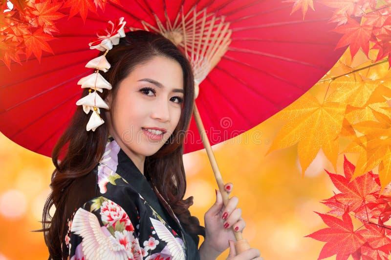 Aziatische vrouw die kimono dragen stock afbeeldingen