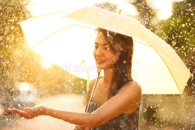 Aziatische vrouw die met paraplu lopen royalty-vrije stock fotografie