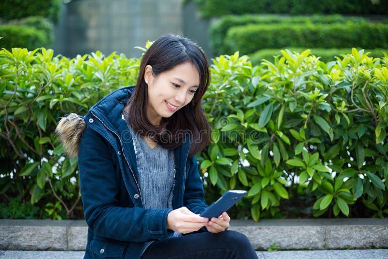 Aziatische vrouw die slimme telefoon met behulp van royalty-vrije stock fotografie
