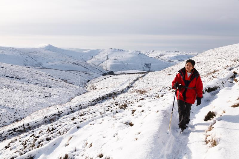 Aziatische vrouw die in sneeuw wandelen royalty-vrije stock afbeelding