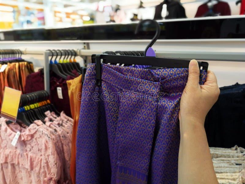 Aziatische vrouw die in supermarktopslag winkelen en slim haar controleren royalty-vrije stock afbeeldingen