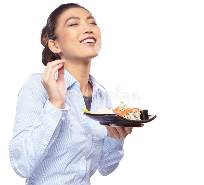 Aziatische vrouw die sushi eten Ondiepe diepte van gebied, focu stock afbeelding