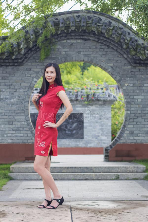 Aziatische vrouw die traditioneel Cheongsam-klerenportret openlucht tijdens Chinees Nieuwjaar dragen royalty-vrije stock afbeelding