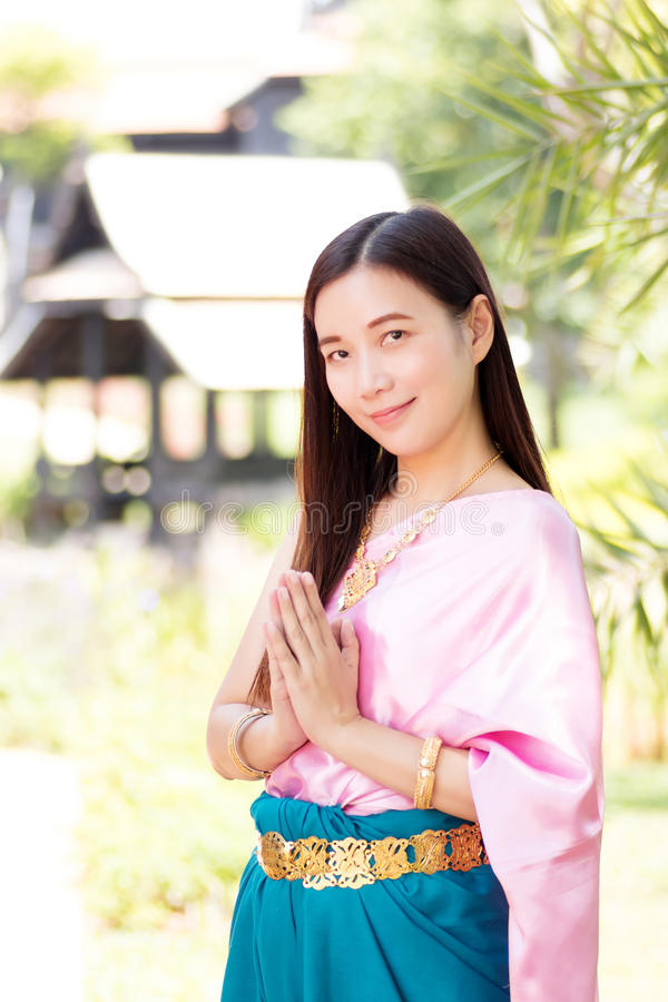 Aziatische vrouw die traditionele Thaise cultuur, uitstekende stijl, Thail dragen stock foto
