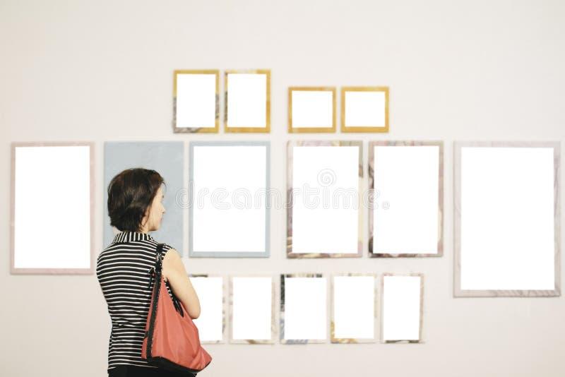 Aziatische vrouw die zich in een kunstgalerie bevinden royalty-vrije stock foto