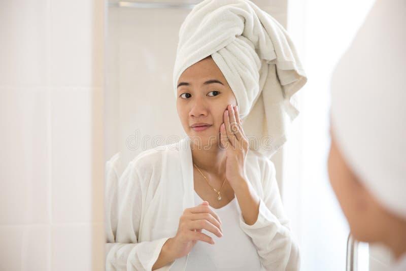 Aziatische vrouw die zorg nemen haar gezicht stock fotografie