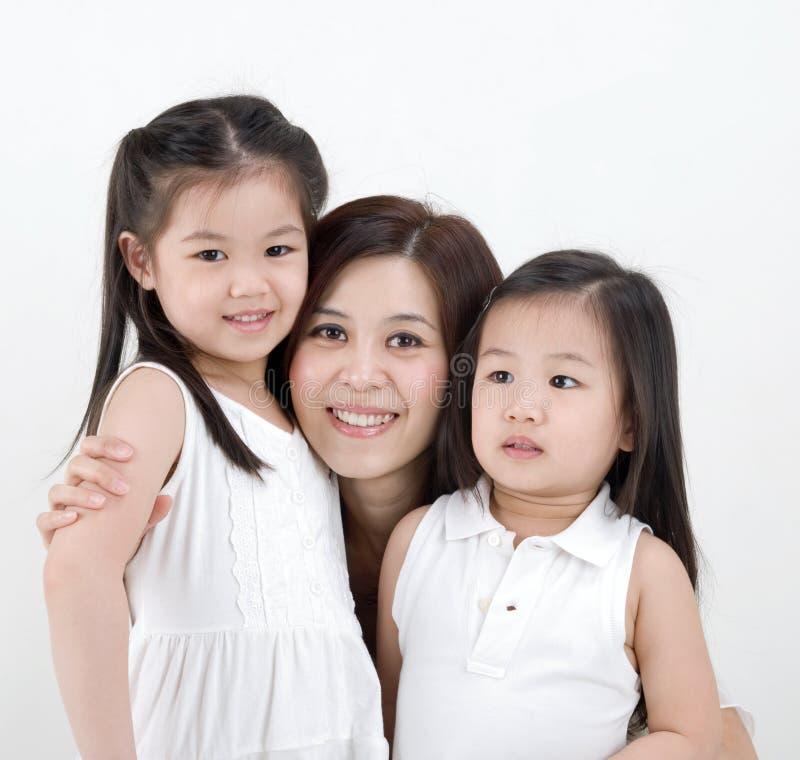 Aziatische vrouw en daugthers stock afbeeldingen