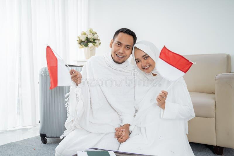 Aziatische vrouw en echtgenoot die nationale vlag van Indonesiër houden royalty-vrije stock foto