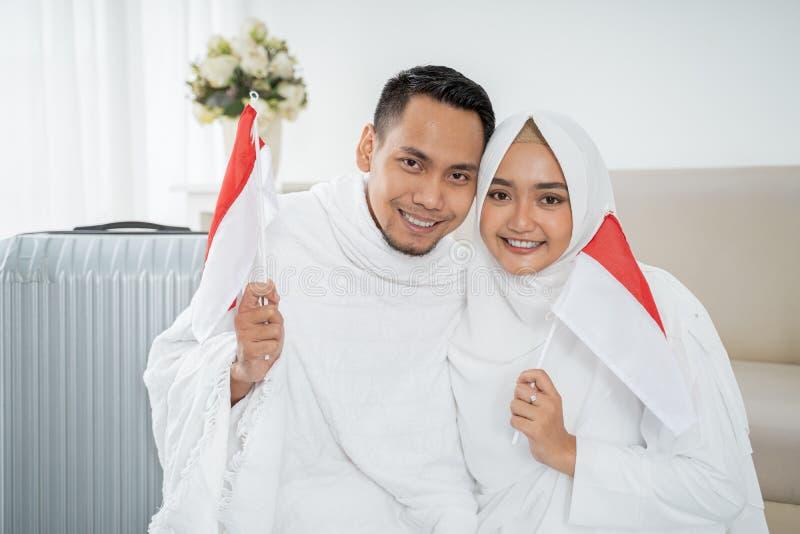Aziatische vrouw en echtgenoot die nationale vlag van Indonesiër houden royalty-vrije stock fotografie