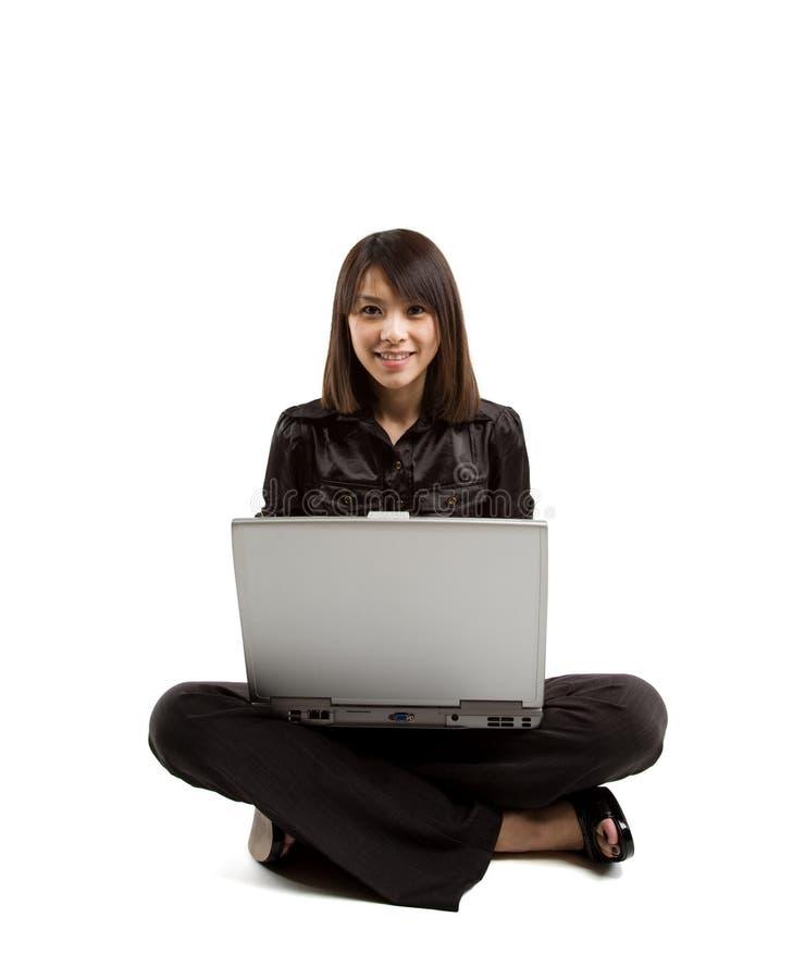 Aziatische vrouw en laptop stock foto's