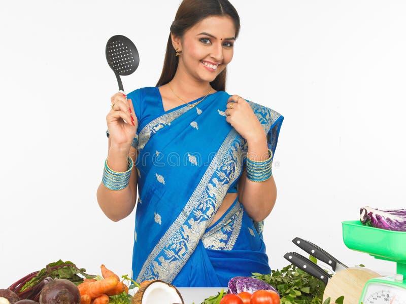 Aziatische vrouw klaar te koken stock foto's