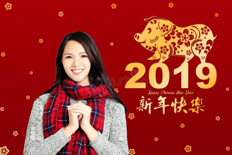 Aziatische vrouw met Chinees nieuw jaar 2019 concept Chinese tex royalty-vrije stock fotografie