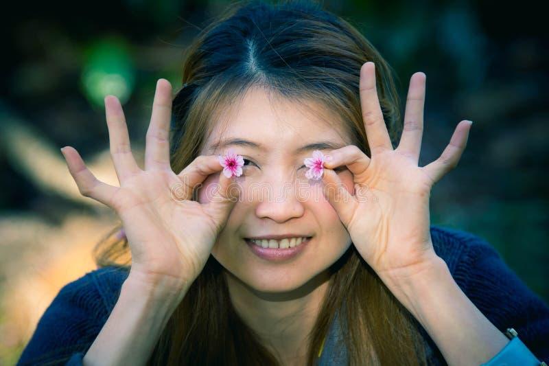 Aziatische vrouw met de bloesem van Himalayan Cherry Or Cherry royalty-vrije stock fotografie