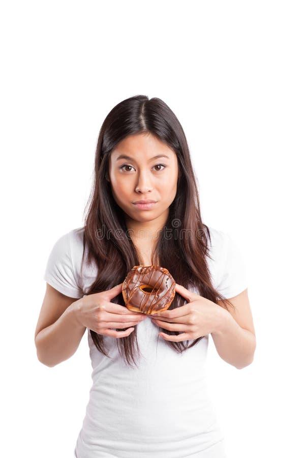 Aziatische vrouw met doughnut royalty-vrije stock afbeelding