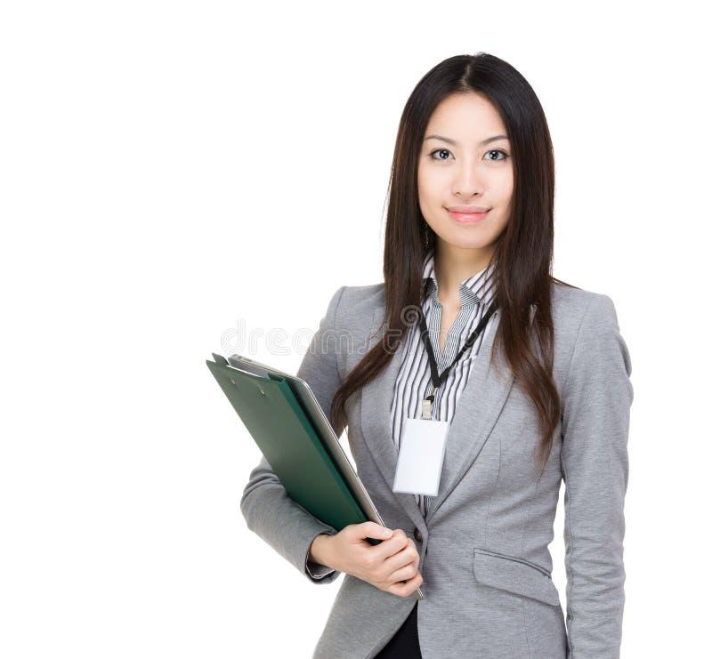 Aziatische vrouw met filepad en laptop royalty-vrije stock afbeelding