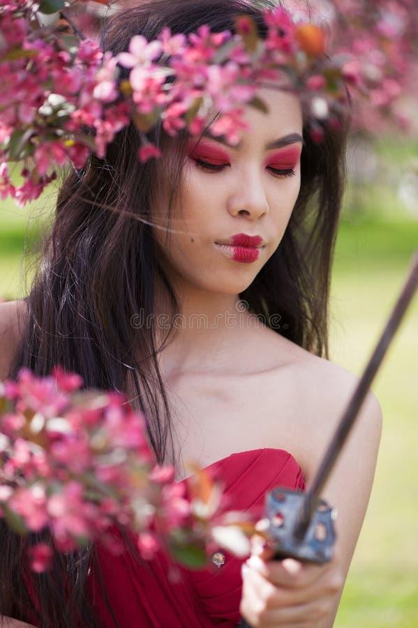 Aziatische vrouw met katana royalty-vrije stock fotografie