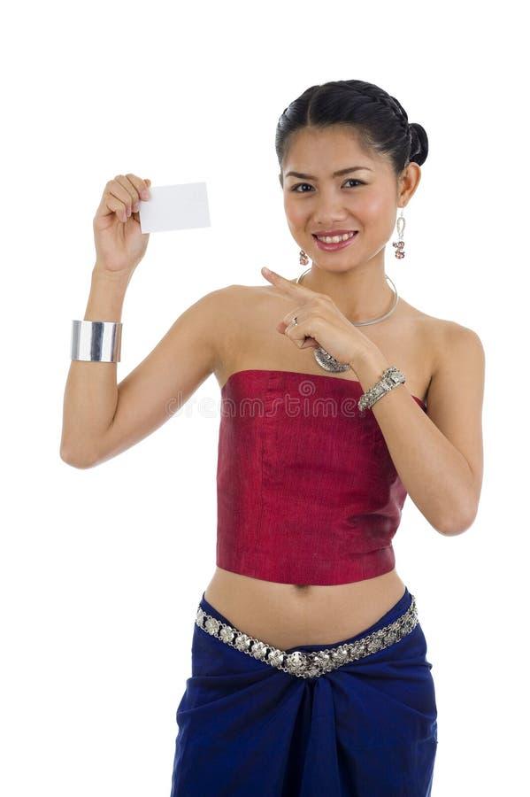 Aziatische vrouw met leeg adreskaartje royalty-vrije stock fotografie