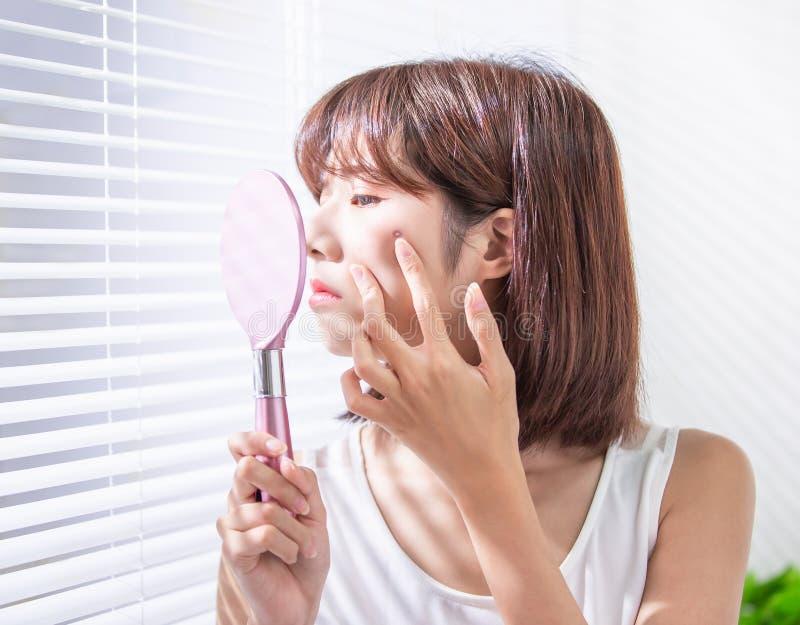 Aziatische vrouw met naar voren gebogen acne stock afbeelding