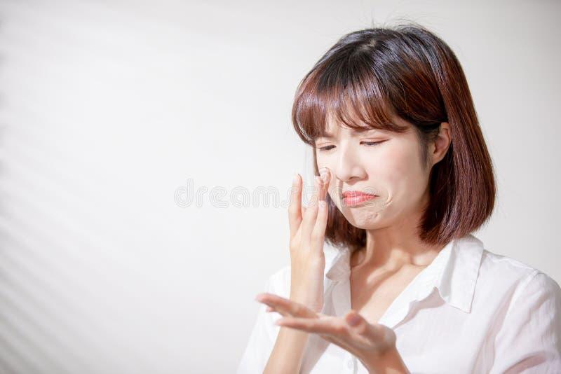 Aziatische vrouw met olieachtige huid stock foto