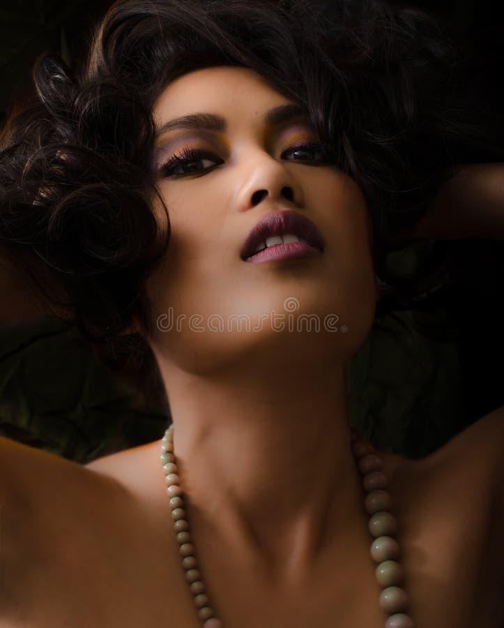 Aziatische vrouw met purpere en gele samenstelling stock afbeeldingen
