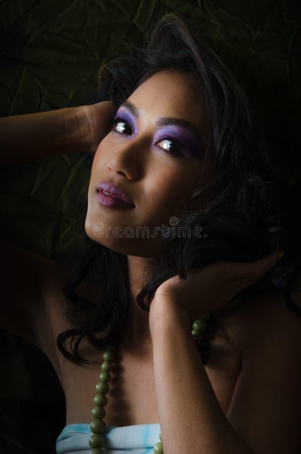 Aziatische vrouw met purpere samenstelling royalty-vrije stock afbeeldingen
