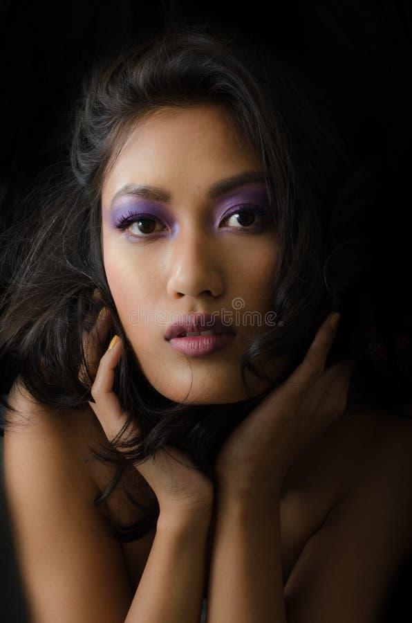 Aziatische vrouw met purpere samenstelling royalty-vrije stock fotografie