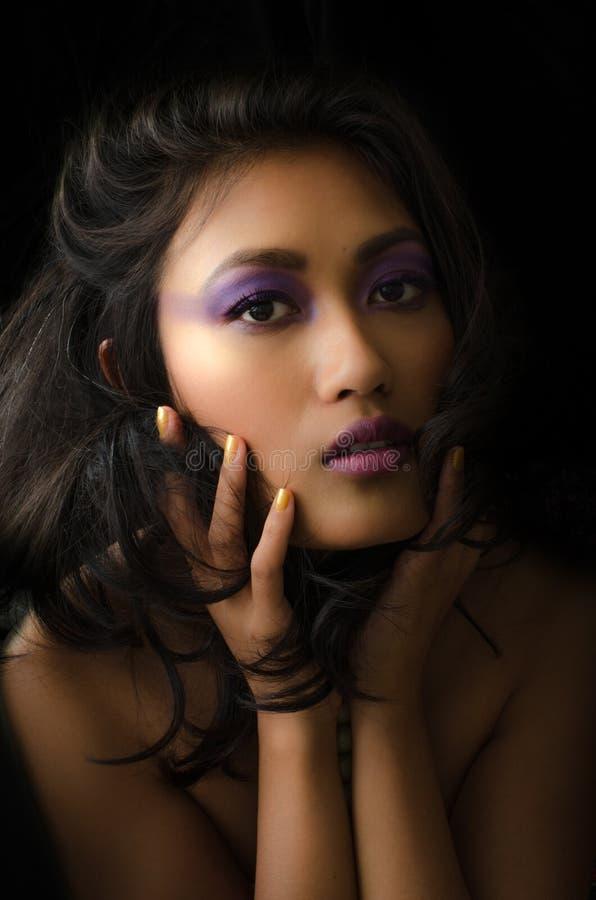 Aziatische vrouw met purpere samenstelling stock fotografie