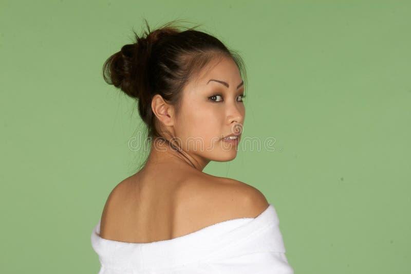 Aziatische Vrouw met Robe van Schouders royalty-vrije stock foto