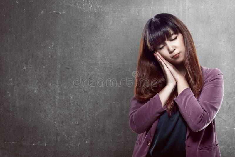 Aziatische vrouw met slaperig gebaar stock foto's