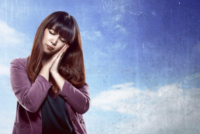 Aziatische vrouw met slaperig gebaar stock foto
