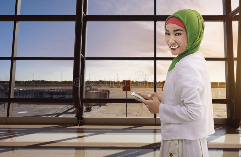 Aziatische vrouw moslim die de telefoon houdt stock fotografie