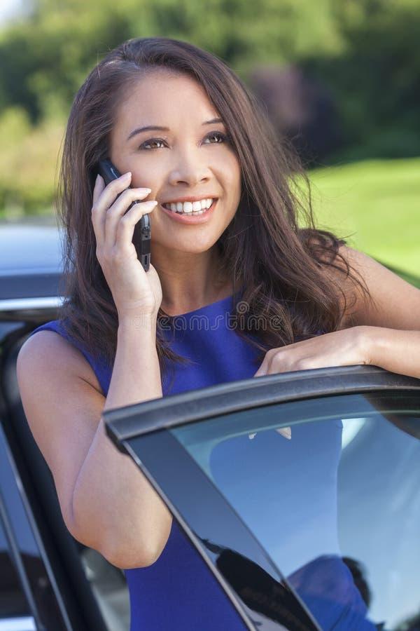 Aziatische Vrouw of Onderneemster Talking op Celtelefoon stock afbeelding