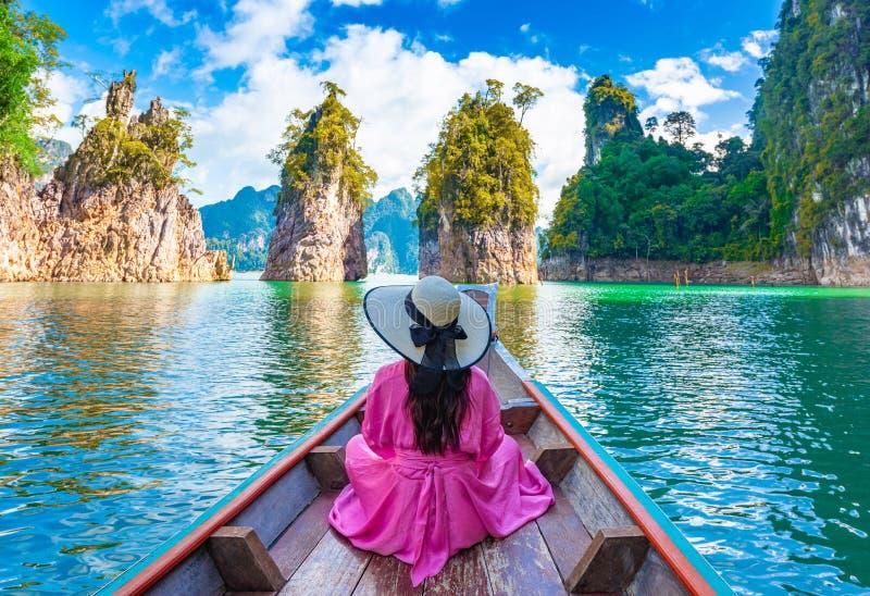 Aziatische vrouw op de boot in het Nationaal Park van de Khao-sok in Ratchaprapha-dam in suratthani, Thailand royalty-vrije stock fotografie