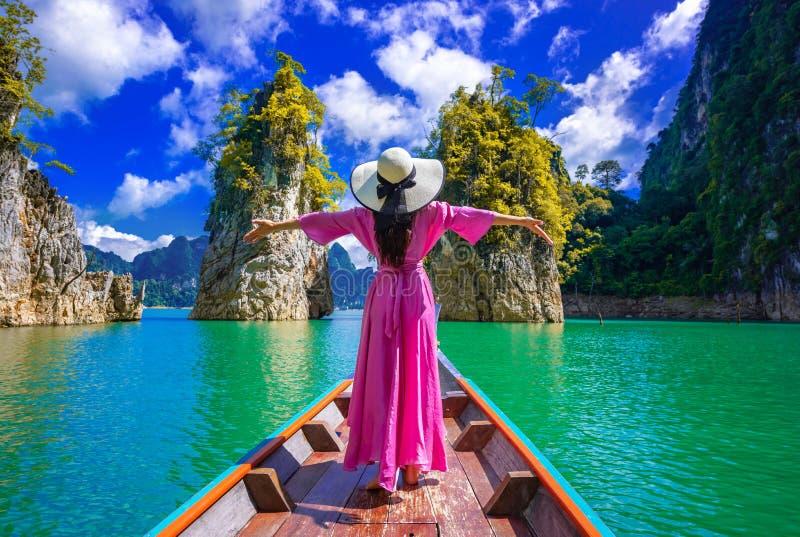 Aziatische vrouw op de boot in het Nationaal Park van de Khao-sok in Suratthani, Thailand royalty-vrije stock foto