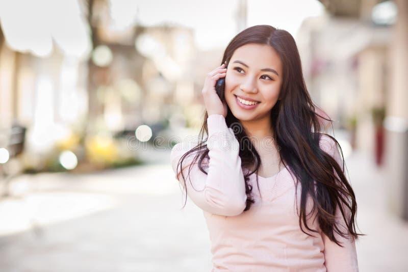 Aziatische vrouw op de telefoon royalty-vrije stock afbeelding