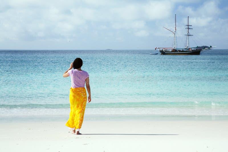 Aziatische Vrouw op het strand stock fotografie