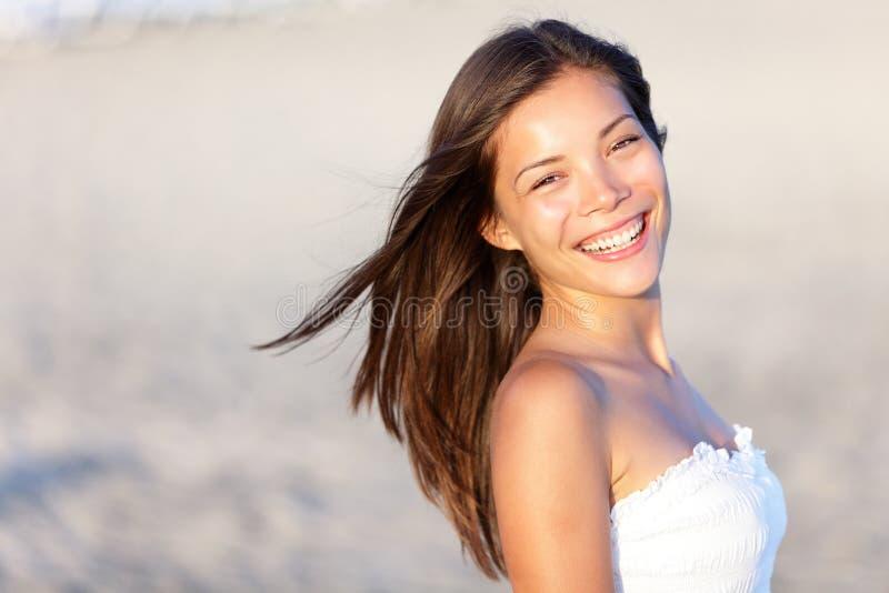 Aziatische vrouw op strand royalty-vrije stock foto