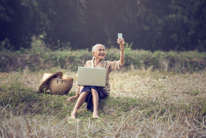 Aziatische vrouw selfie stock afbeelding