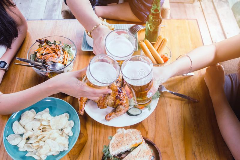 Aziatische vrouw twee en mannen één Drinkend bier, zijn glimlach stock afbeeldingen
