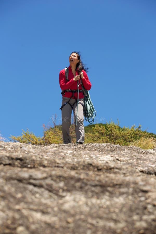 Aziatische vrouwelijke klimmer dragende kabel op berg royalty-vrije stock afbeelding