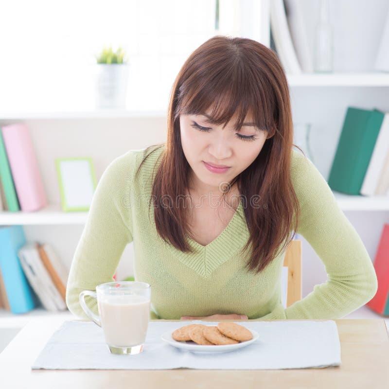 Aziatische vrouwelijke maagpijn stock foto
