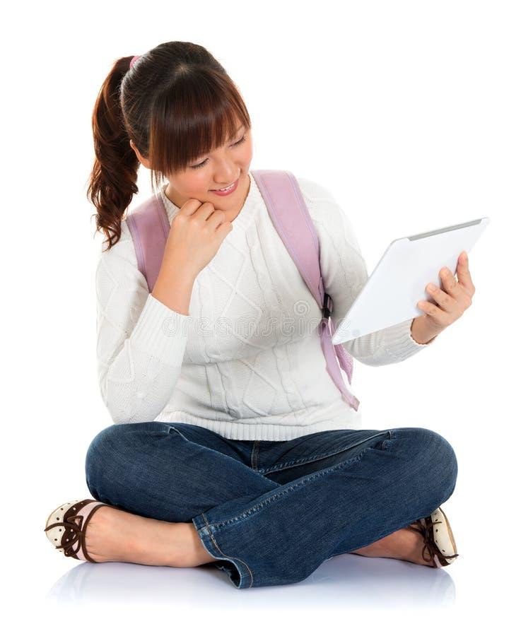 Aziatische vrouwelijke student die tabletpc met behulp van royalty-vrije stock afbeelding