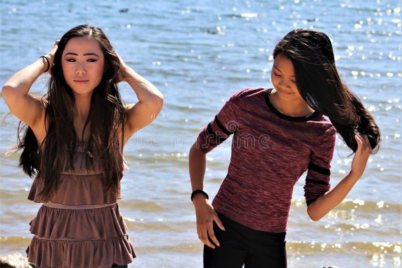 Aziatische Vrouwelijke Tieners bij het Strand van Arizona stock foto's