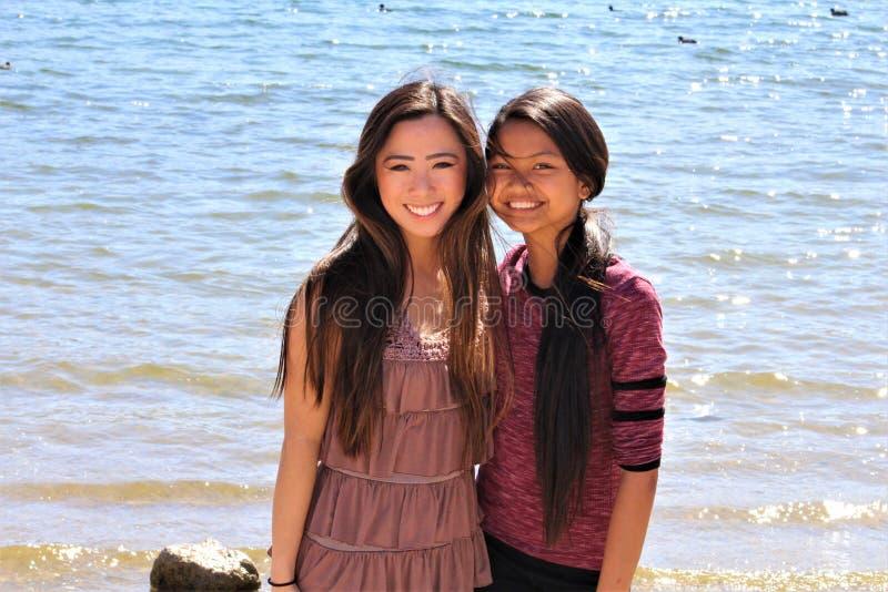 Aziatische Vrouwelijke Tieners bij het Strand van Arizona stock afbeeldingen