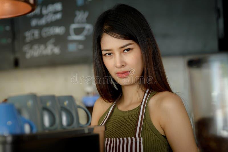 Aziatische vrouwelijke vrouwenbarista in moderne in koffie die cof werken stock afbeelding