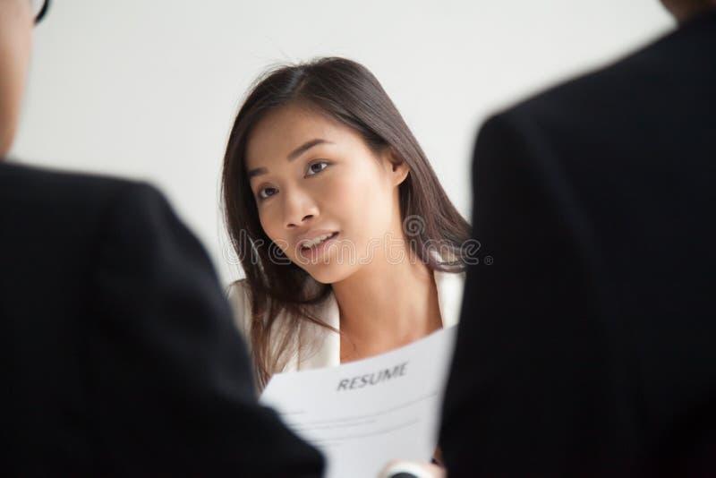 Aziatische vrouwelijke werknemer die op managerbesluit wachten stock afbeeldingen