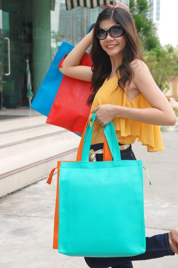 Aziatische vrouwen bij het houden van heel wat het winkelen zak in Supermarkt royalty-vrije stock foto's
