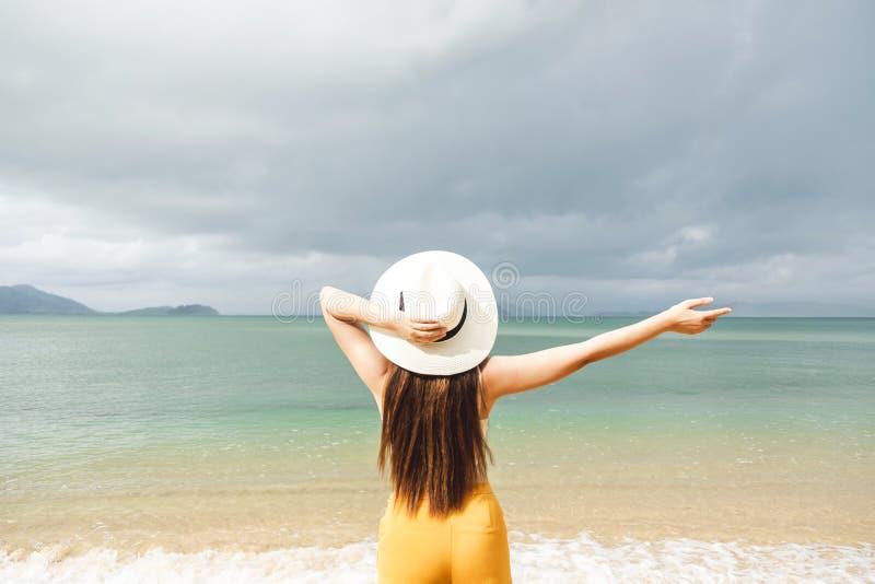 Aziatische vrouwen die in de zomervakantie ontspannen op strand stock fotografie