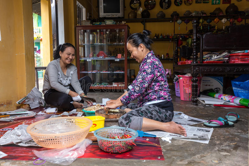 Aziatische vrouwen die kruiden hakken royalty-vrije stock fotografie
